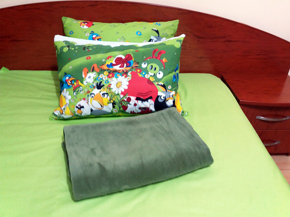 set-lenjerie-paturica-angry-bird-patura-verde-imprimeu-mare-2-perne-linemed